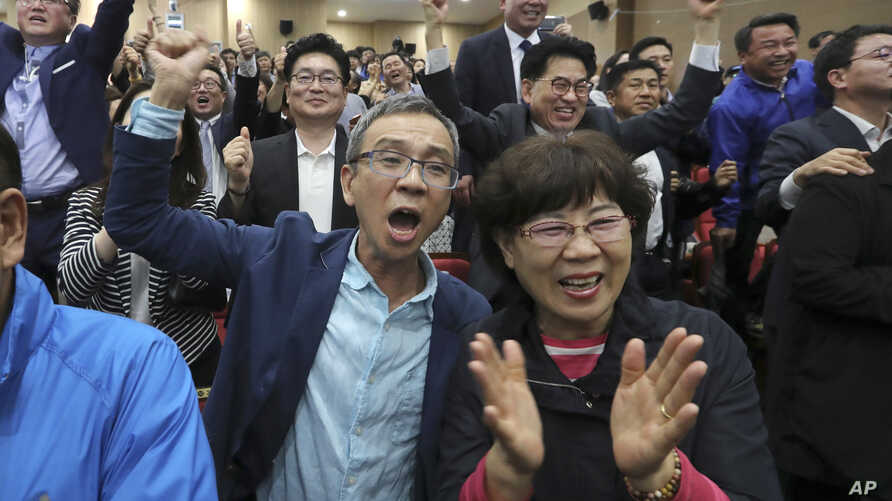 Supporters of the presidential candidate Moon Jae-in of the Democratic Party react as they watch televisions broadcasting results of exit polls for presidential election at National Assembly in Seoul, South Korea, May 9, 2017.