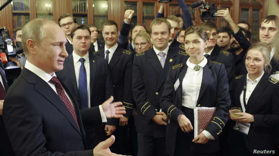 Russian President Vladimir Putin (L) meets with students while visiting the National Mineral Resources University in St. Petersburg, Jan. 26, 2015.