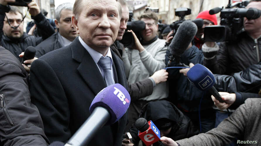 FILE - Ukrainian ex-president Leonid Kuchma, surrounded by journalists, in Kyiv.