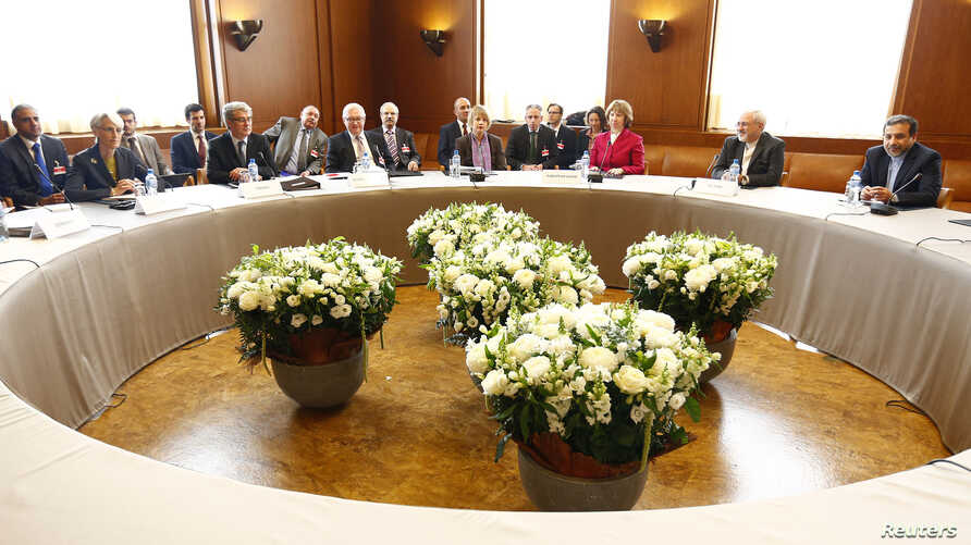 European Union foreign policy chief Catherine Ashton (3R) poses with Iranian Foreign Minister Mohammad Javad Zarif  (2R) and U.S. Under Secretary of State for Political Affairs Wendy Sherman (2L) at the start of two days of closed-door nuclear talks,