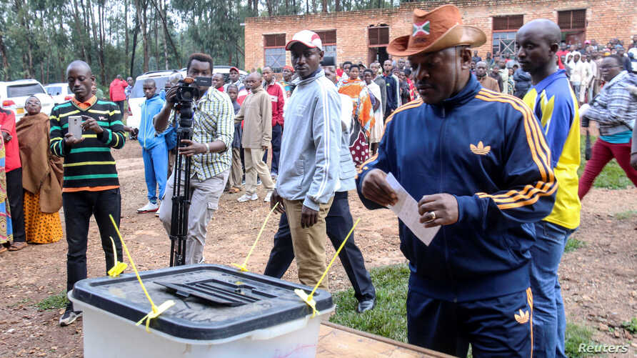Burundi President Pierre Nkurunziza casts his ballot at a polling center during the constitutional amendment referendum at School Ecofo de Buye in Mwumba commune in Ngozi province, northern Burundi, May 17, 2018.