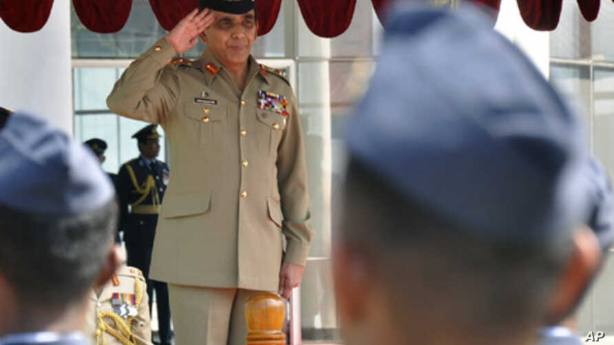 Pakistani Army Chief General Ashfaq Parvez Kayani salutes a Sri Lankan Air Force honor guard in Colombo, January 20, 2011.