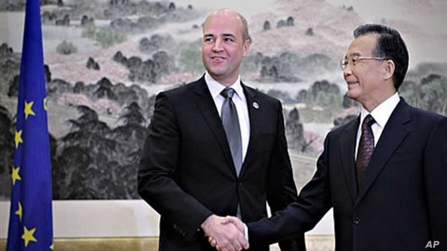 China's Premier Wen Jiabao (R) shakes hands with Swedish Prime Minister Fredrik Reinfeldt before the 12th EU-China summit in Nanjing, 30 Nov 2009