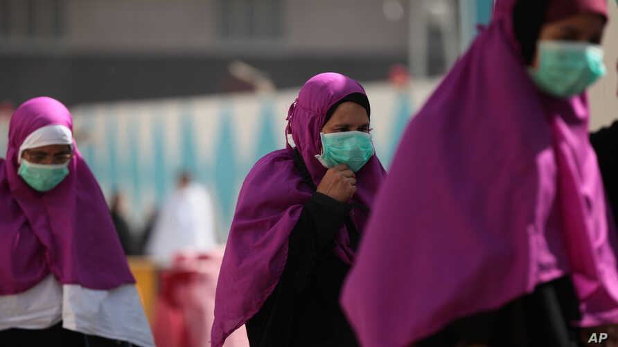 Muslim pilgrims wears surgical masks to help prevent infection from a respiratory virus known as the Middle East Respiratory Syndrome (MERS) in the holy city of Mecca, Saudi Arabia, May, 13, 2014.