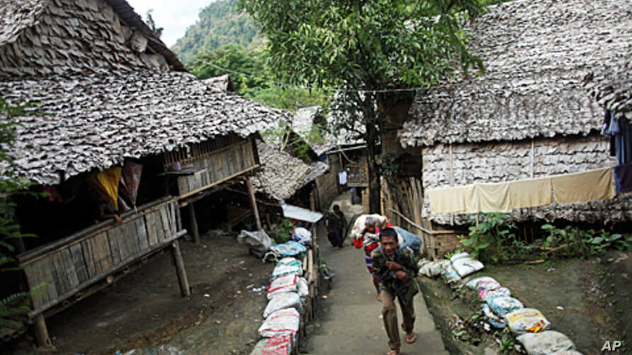 Ethnic Karen refugees from Burma carry their load at the Mae La refugee camp outside Mae Sot near the Thailand-Burma border (file photo)