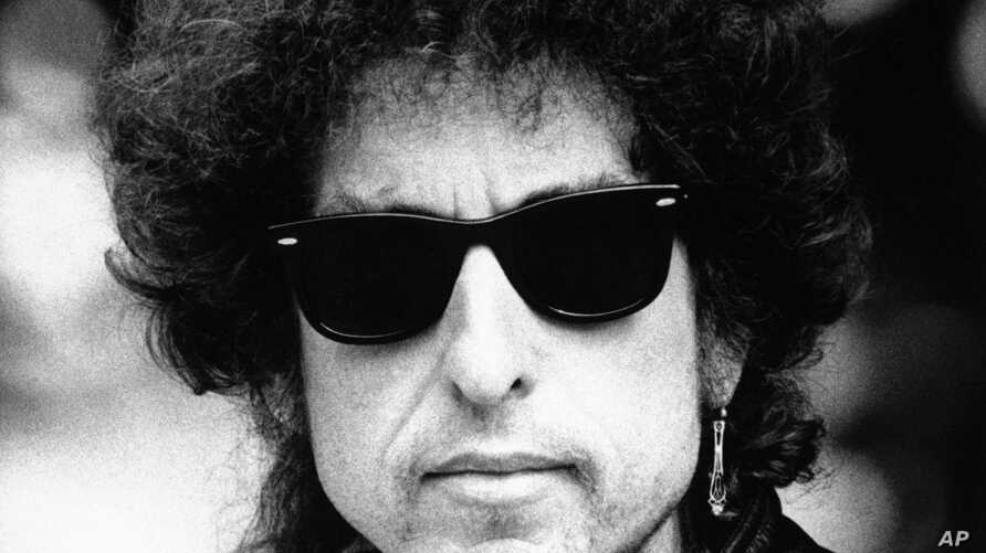 """Folk legend Bob Dylan pictured in London to help publicize the American-financed film """"Hearts of Fire"""" in this Aug. 17, 1986 file photo."""