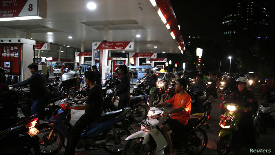 Drivers line up for fuel at a state-owned Pertamina petrol station in Jakarta, Indonesia, Nov. 17, 2014.