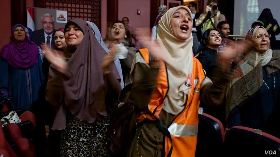 Women clap and chant as presidential hopeful Abdel Moneim Aboul Fotouh enters the conference hall in Cairo, May 15, 2012 (Yuli Weeks/VOA).
