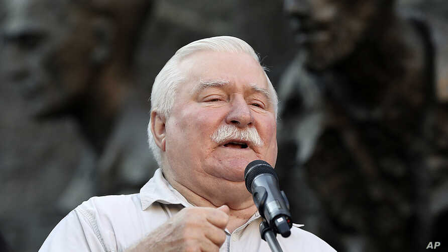 Polish pro-democracy campaigner and Nobel Peace Prize winner Lech Walesa addresses a crowd of right-wing government opponents in Warsaw, Poland, July 4, 2018.