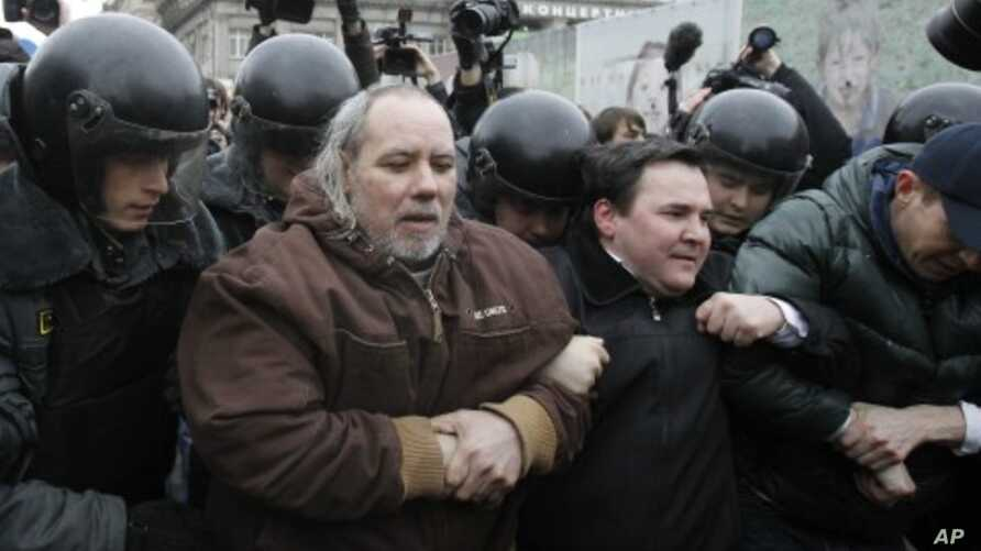 Interior Ministry officers detain opposition activists during a protest rally to defend Article 31 of the Russian constitution, which guarantees the right of assembly, in Moscow, March 31, 2012.