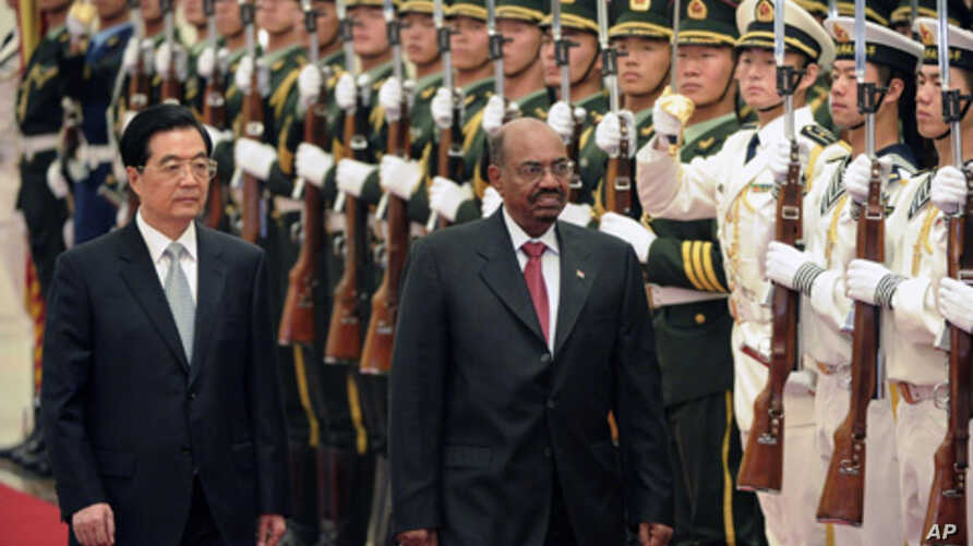 Sudan's President Omar Hassan al-Bashir and China's President Hu Jintao (L) review a military honor guard during a welcoming ceremony at the Great Hall of the People in Beijing, June 29, 2011.