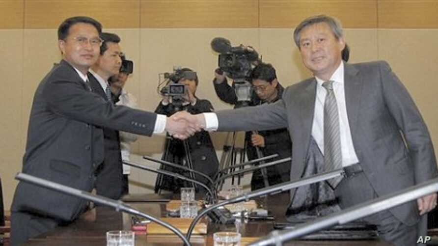 South Korean chief delegate Ryu In-chang, right, shakes hands with his North Korean counterpart Yoon Yong Geun during a meeting to discuss joint research on volcanic activity at the North's highest Paektu mountain, at the Inter-Korean Transit Office