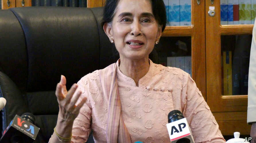 Myanmar opposition leader Aung San Suu Kyi speaks to journalists during a press conference at a parliament building, April 9, 2015 in Naypyidaw, Myanmar.