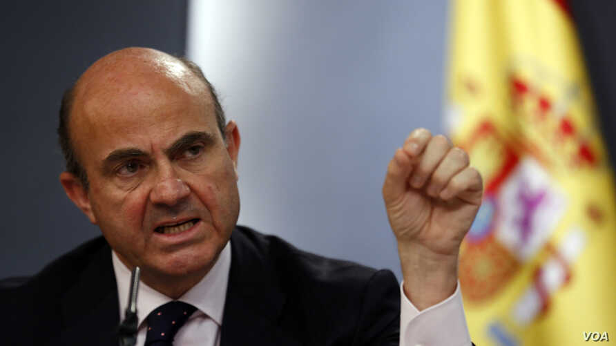 Spanish Economy Minister Luis de Guindos speaks during a news conference after a weekly cabinet meeting at Moncloa Palace in Madrid, April 26, 2013.
