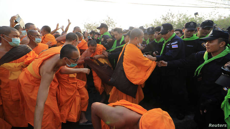 Dhammakaya temple Buddhist monks scuffle with police after they defied police orders to leave the temple grounds to enable police to seek out their former abbot in Pathum Thani, Thailand, Feb. 20, 2017.