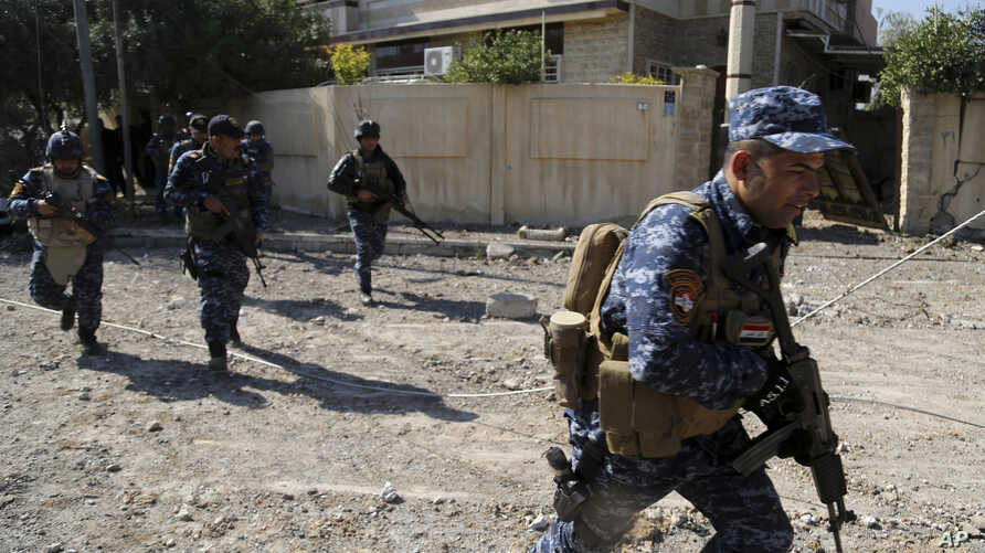 Iraqi security forces advance during fighting against Islamic State militants, in western Mosul, Iraq, March 6, 2017.