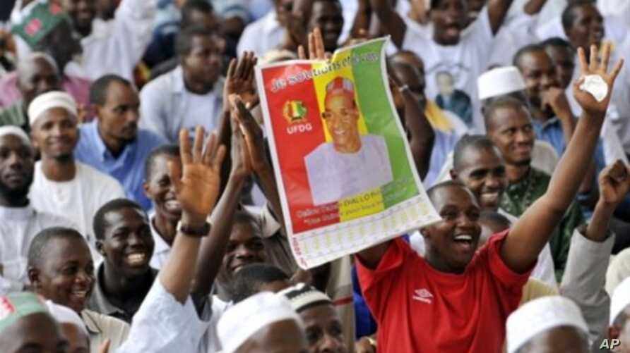 Supporters of presidential candidate Cellou Dalein Diallo attend a meeting with their leaders in Abidjan, Ivory Coast, 09 May 2010