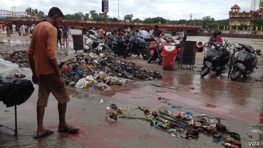 """A pile of garbage lies on the riverbank along the Ganges riverfront known as """"Har ki Pauri,"""" the most sacred spot in the Hindu holy town of Haridwar where devotees throng. (A. Pasricha/VOA)"""