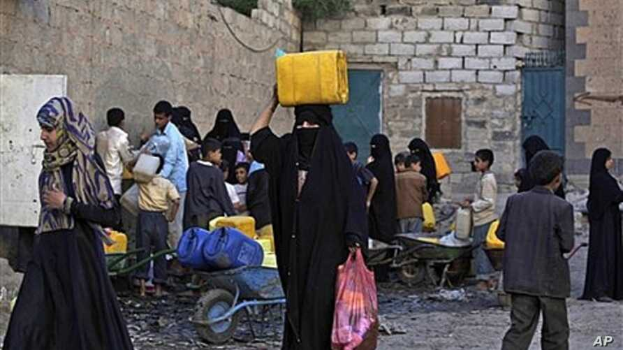 Sana'a residents collect drinking water during a city-wide shortage, Yemen, May 29, 2011.
