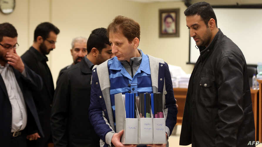 A picture made available on March 6, 2016 shows Iran's billionaire tycoon Babak Zanjani (C) in a court, in Tehran.