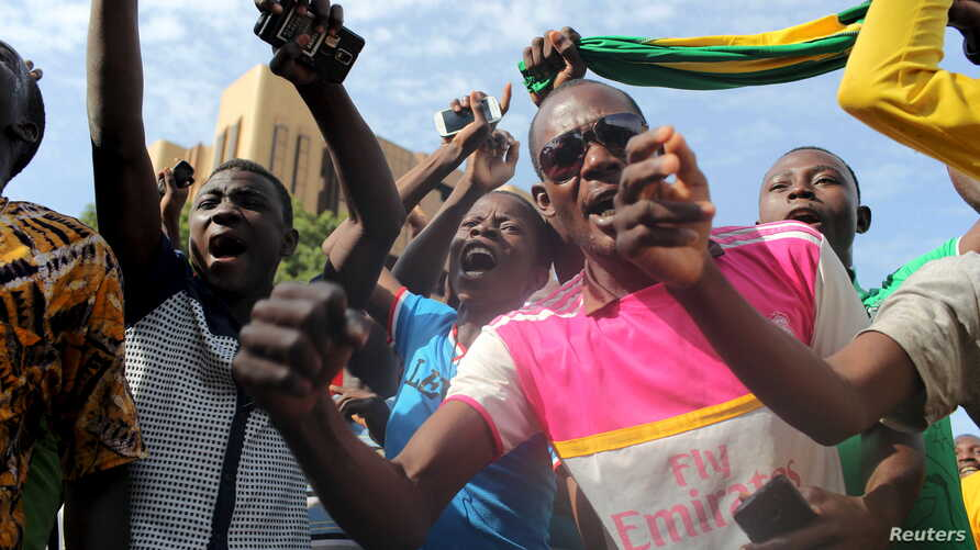 Anti-coup protesters sing the Burkinabe national anthem in Ouagadougou, Burkina Faso, Sept. 22, 2015.