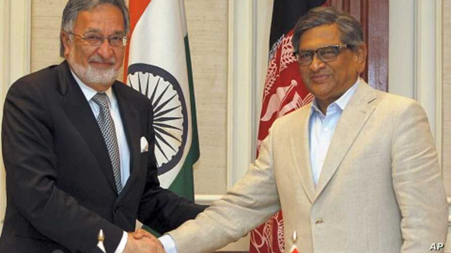 Indian Foreign Minister S.M. Krishna, right, shakes hand with his Afghan counterpart Zalmai Rassoul during a joint press conference in New Delhi, India, May 1, 2012.