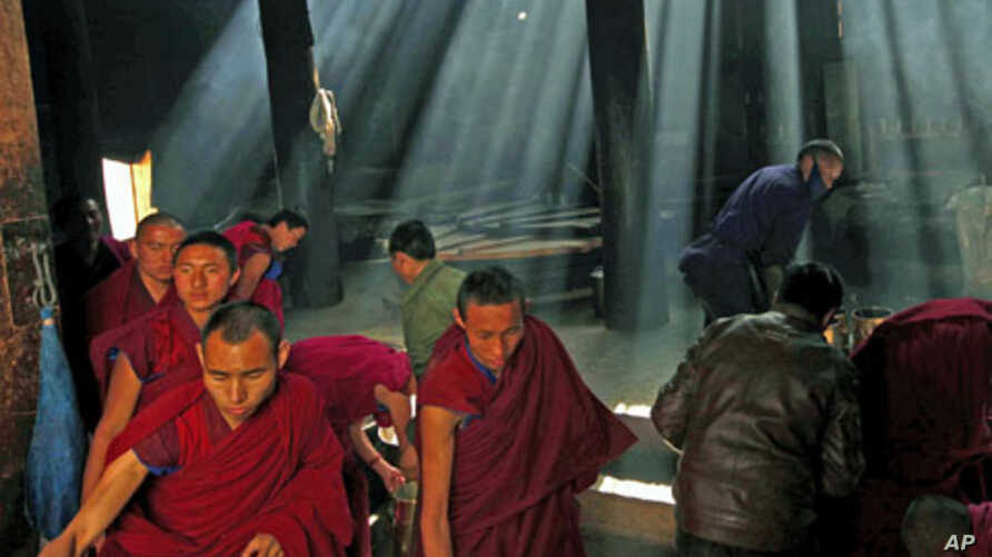 Monks gather to pray at the Labrang monastery before the Tibetan New Year in Xiahe county, Gansu Province, China, February 21, 2012.