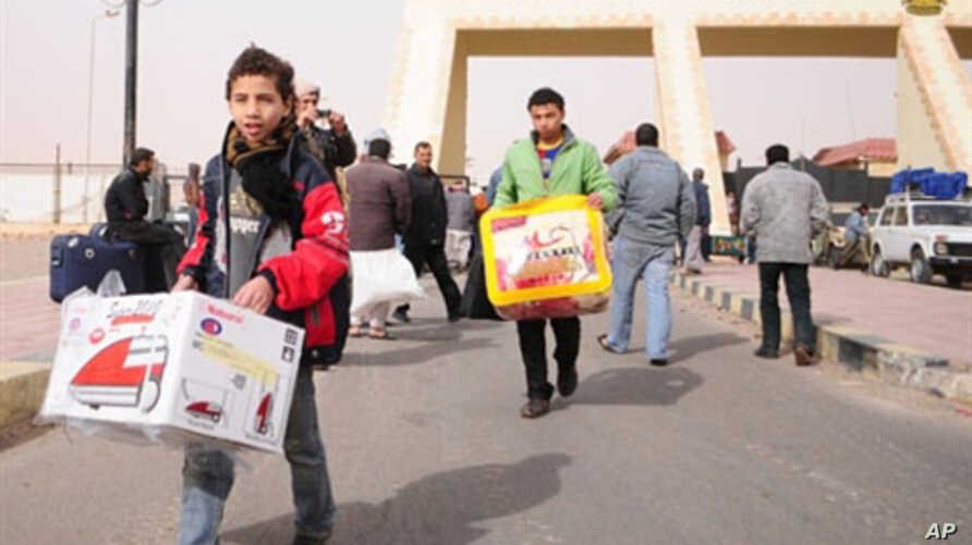 Egyptians return home from the Sallum border crossing with Libya on February 24, 2011