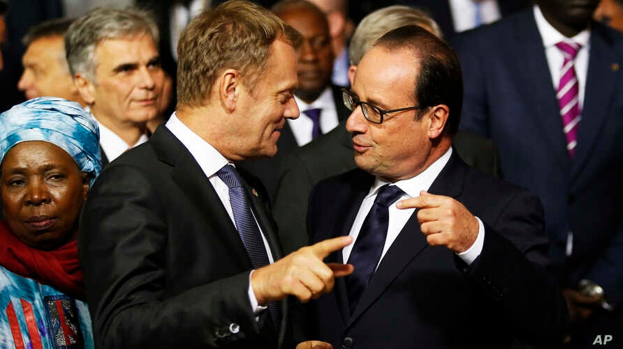 French President Francois Hollande (r) talks to President of the European Council Donald Tusk at an informal summit on migration in Valletta, Malta, Nov. 11, 2015.