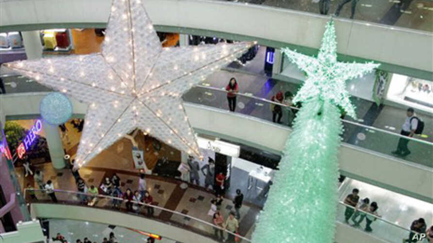 Visitors look at Christmas decorations displayed at a shopping mall in Jakarta, Indonesia,10 Dec 2010.
