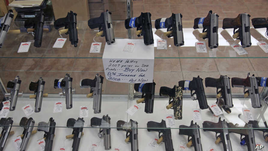 Handguns are on display at B & J Guns in Colonie, New York, June 26, 2008.  The Supreme Court ruled that Americans have a constitutional right to keep guns in their homes for self-defense, the justices' first major pronouncement on gun control in U.S...