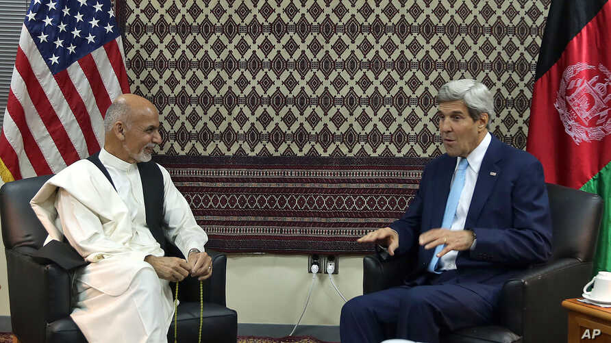 U.S. Secretary of State John Kerry (R) talks with Afghanistan's presidential candidate Ashraf Ghani Ahmadzai, during a meeting at U.S. embassy in Kabul, Afghanistan, Aug. 7, 2014.