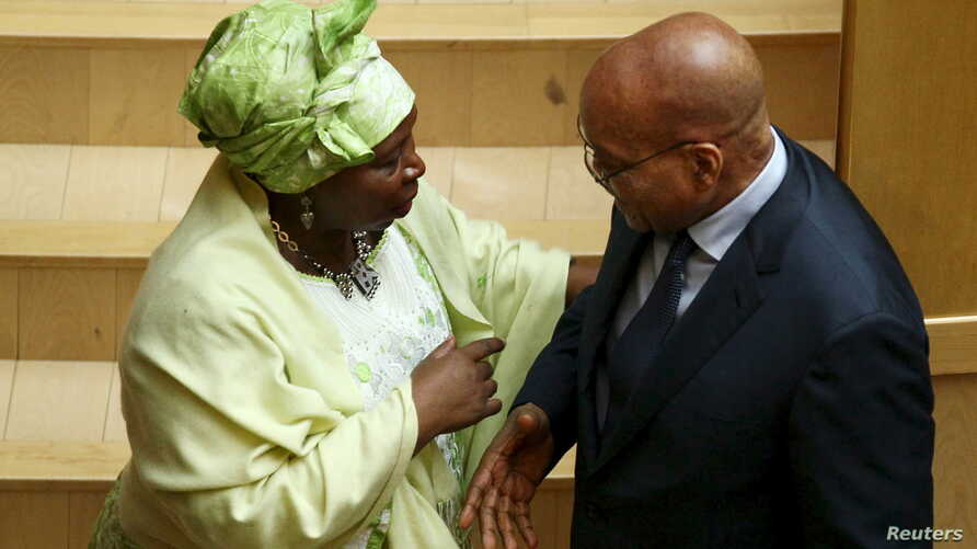 African Union Commission chairperson Nkosazana Dlamini-Zuma (L) talks to South Africa's President Jacob Zuma during the close of the 26th Ordinary Session of the Assembly of the African Union (AU) in Ethiopia's capital Addis Ababa, Jan. 31, 2016.