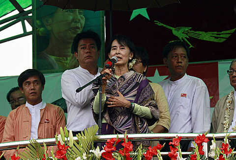 Burma's pro-democracy leader Aung San Suu Kyi delivers a speech during her election campaign in Mandalay, March. 3, 2012.