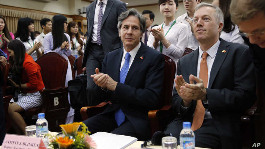 U.S. Deputy Secretary of State Antony Blinken, center, during a visit to Vietnam National University in Hanoi, Vietnam, April, 21, 2016. Blinken on Thursday questioned China's intentions with its massive land reclamation project in the South China Se