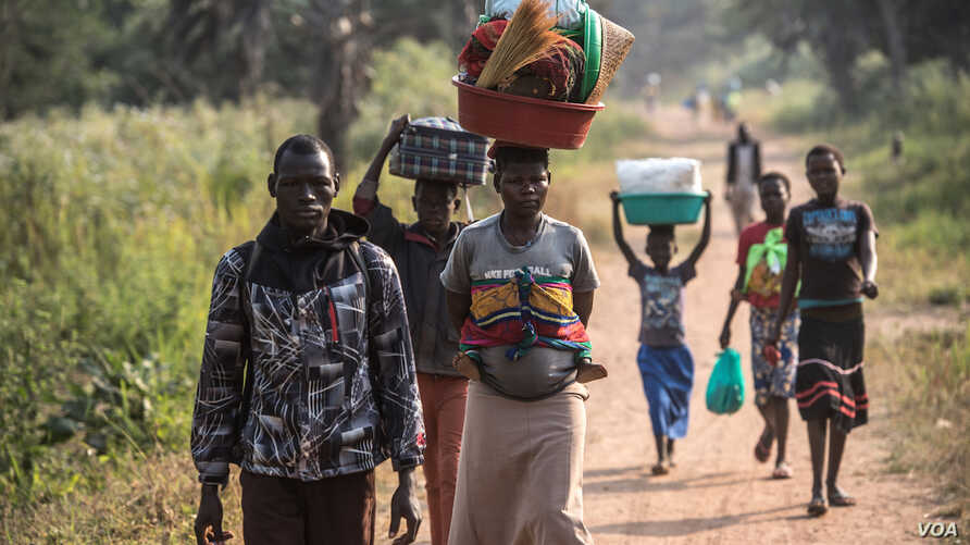 A South Sudanese refugee family walks toward a refugee camp in Aba, Democratic of Congo, after crossing from South Sudan to escape fighting. (J. Patinkin for VOA)