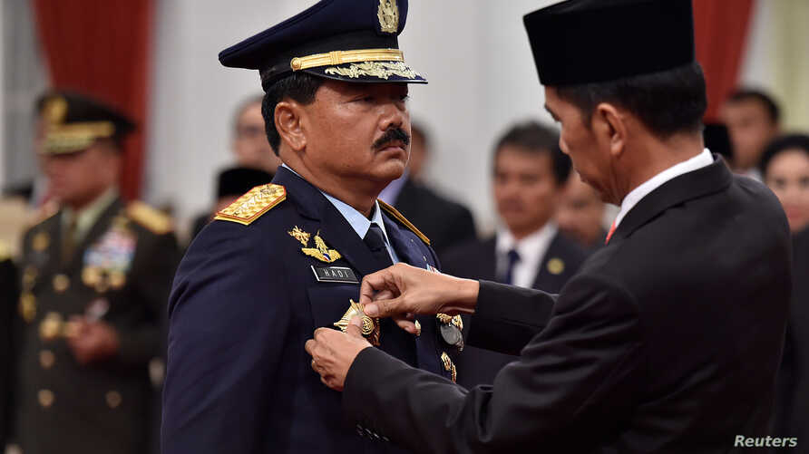 Indonesian President Joko Widodo attaches the rank to the new Armed Forces Chief Marshall Hadi Tjahjanto during an inauguration ceremony at the Presidential Palace in Jakarta, Indonesia, December 8, 2017 in this photo taken by Antara Foto.