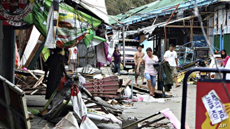People save their belongings in Ilagan township, a day after typhoon Megi (local name 'Juan') barreled through Isabela province in northeastern Philippines, 19 Oct. 2010