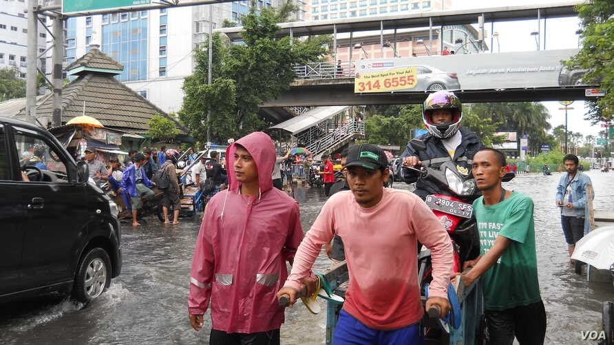 Roads are impassable because of heavy flooding in Jakarta, Indonesia,  Feb. 10, 2015. (A. Lala/VOA)