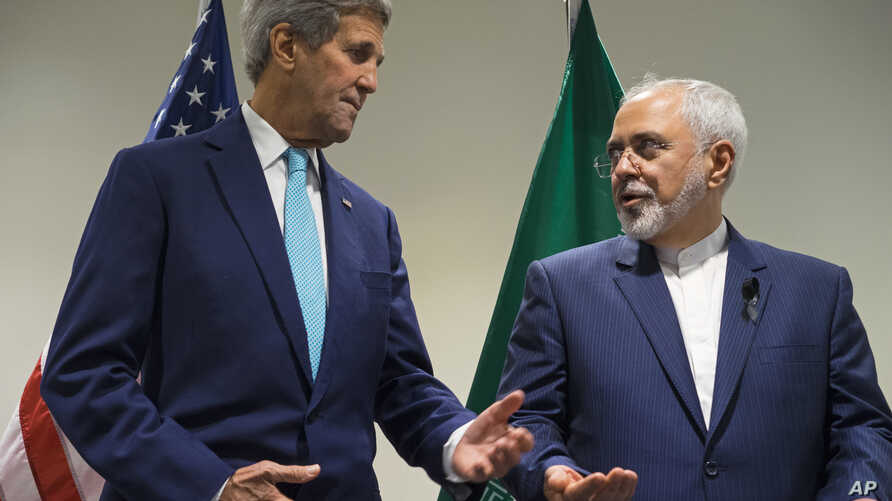 US Secretary of State John Kerry, left, meets with Iranian Foreign Minister Mohammad Javad Zarif at United Nations headquarters, Sept. 26, 2015.