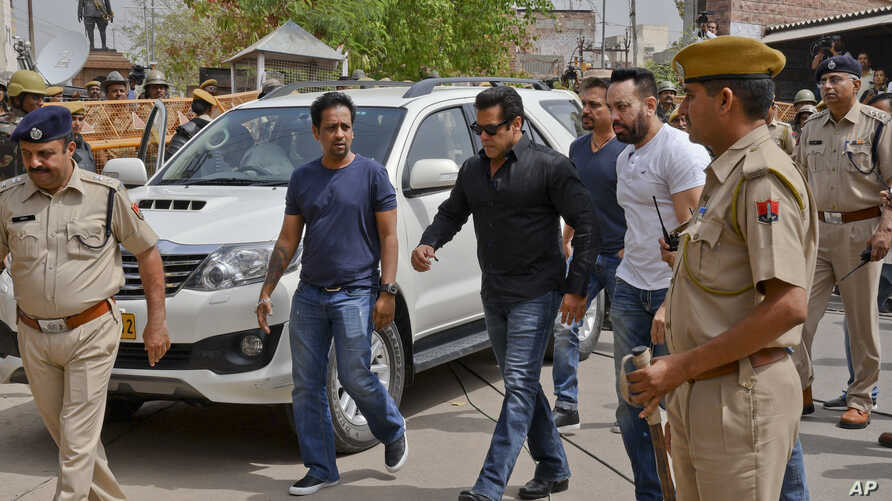 Bollywood star Salman Khan, center, arrives to appear before a court in Jodhpur, Rajasthan state, India, Thursday, April 5, 2018.
