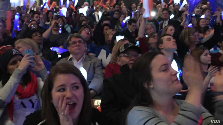 FILE - Democrats flock to a rally in Manchester, New Hampshire, Feb. 6, 2016. (A. Pande/VOA)