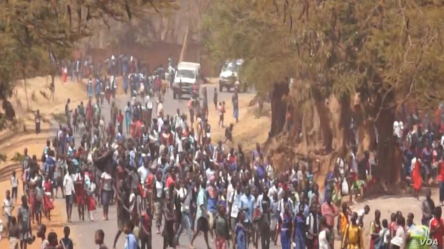 Students blocked roads and caused traffic jams while backing teachers who have been on strike since Monday in Lilongwe, Malawi, Sept. 14, 2016. (L. Masina/VOA)