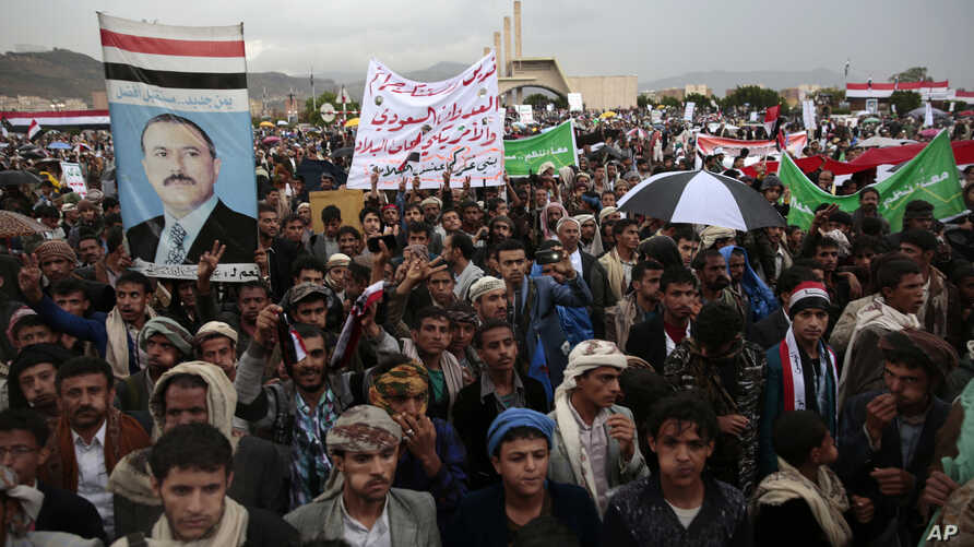 Supporters of Shi'ite Houthi rebels Yemen's former president, Ali Abdullah Saleh, attend a rally to celebrate an agreement reached by Saleh and the Houthis to form a political council to unilaterally rule the country in Sana'a, Aug. 1, 2016. The bann