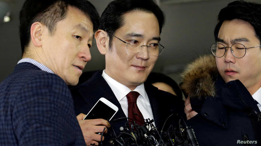 Jay Y. Lee (center) vice chairman of Samsung Electronics, arrives to be questioned as a suspect in bribery case in the influence-peddling scandal that led to the president's impeachment at the office of the independent counsel in Seoul, South Korea,