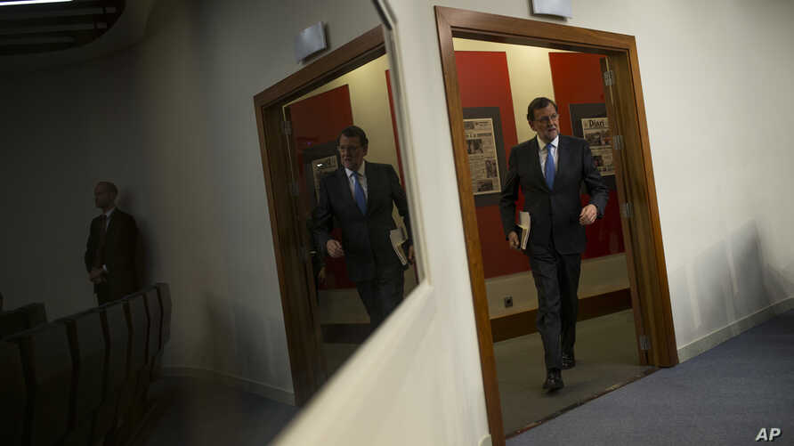 Spain's acting Prime Minister Mariano Rajoy arrives for a news conference after his meeting with Spain's King Felipe IV, at the Moncloa palace in Madrid, Tuesday, April 26, 2016.