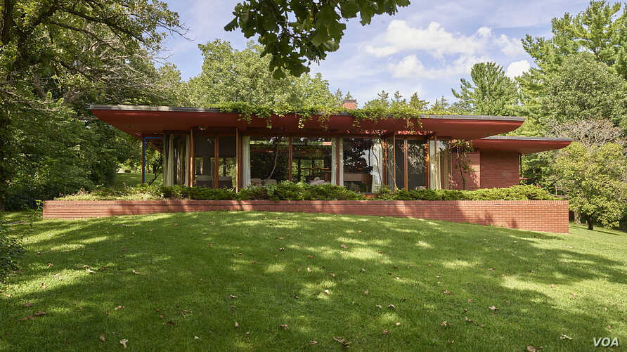 "Castle Rock, completed in 1950 in Quasqueton, Iowa, is one of famed architect Frank Lloyd Wright's most complete ""Usonian"" homes. (Photo by Carol Highsmith)"