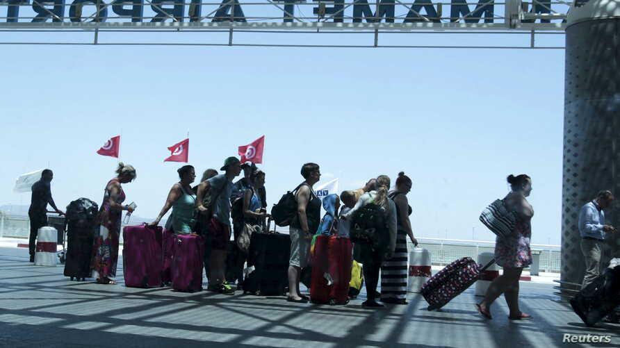 Tourists queue to leave Tunisia at the Enfidha international airport, June 27, 2015. REUTERS/Zoubeir Souissi