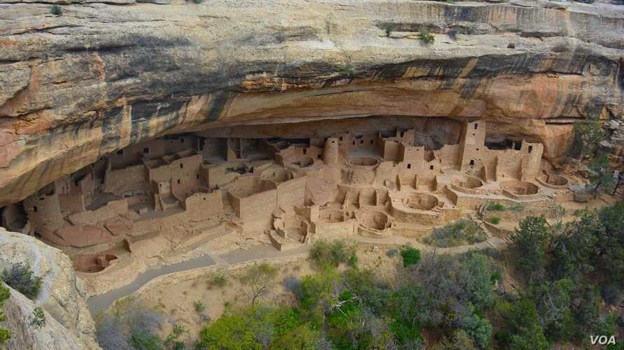 Sometime during the late 1190s, after living atop the mesas for 600 years, many Ancestral Pueblo people began living in pueblos they built beneath the overhanging cliffs.