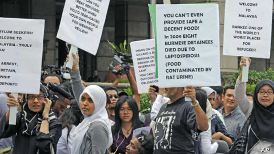 Demonstrators gather outside the venue of the signing ceremony between Malaysia and Australia to swap thousands of refugees, in Kuala Lumpur, Malaysia, July 2011. (file photo)